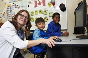 Enseignante avec deux élèves